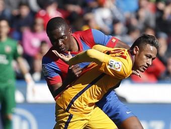 Neymar lluitant amb Simao en el partit d'ahir al Ciutat de València. Foto:EFE