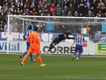 Pacheco es llueix fent una gran aturada després d'un bon xut d'Imaz Foto:EL CORREO