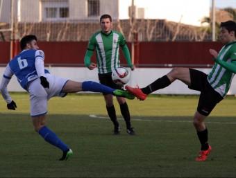 Argi disputa una pilota dividida amb el jugador del Morell Bicho en el partit d'air Foto:JOAN SABATER