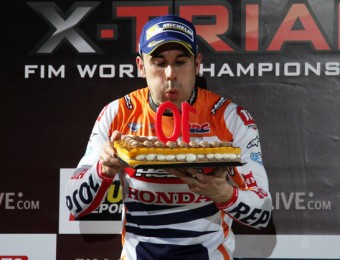 Toni Bou bufa un pastís per festejar el seu desè triomf a Barcelona.  Foto:ELISABET MAGRE