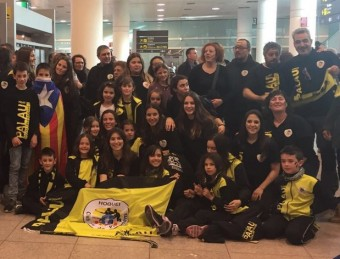 L'equip del Palau va ser rebut per molts seguidors a l'arribada a l'aeroport del Prat