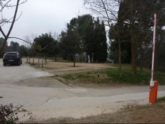 La barrera del camí, en l'extrem del vial que dóna al mirador de l'estany. Foto:R. E