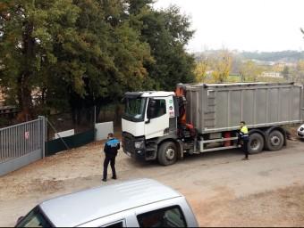 Camió de pinso bloquejat a la tanca que s'hauria aixecat en terrenys aliens als Plaza Foto:RP