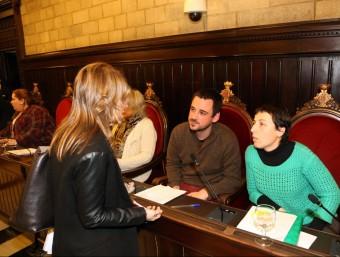 La regidora Maria Àngels Planas parla amb dos dels regidors de la CUP-Crida per Girona Lluc Salellas i la portaveu Laia Pèlach Foto:QUIM PUIG