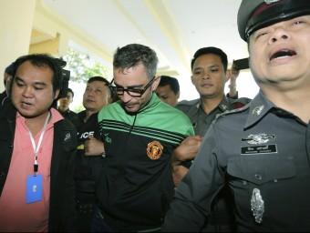 Agents tailandesos s'emporten a Segarra, ahir , per ser interrogat a les dependències policials Foto:N.SANGNAK/EFE
