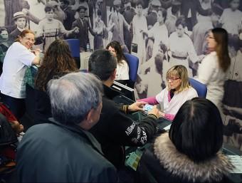 Usuaris del centre d'atenció primària Alfons Moré, conegut amb el nom de Salt-2, atesos en la recepció, en una imatge d'arxiu. Foto:MANEL LLADÓ