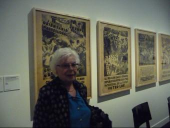 Núria Casas, amb cartells de propaganda política il·lustrats pel seu pare Foto:C.F