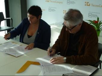 Dolors Guillén i Josep Mañach, signant el conveni. Foto:LL.A