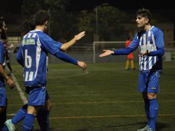 Els jugadors del Santfeliuenc es feliciten després d'anotar un gol en un partit d'aquesta temporada Foto:ELISABETH MAGRE