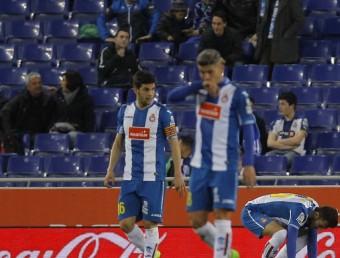 Javi López, Salva Sevilla i Joan Jordán després d'un dels gols encaixats contra la Real Sociedad Foto:FERRAN CASALS