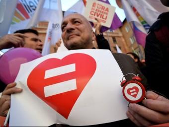 Un partidari de les unions del mateix sexe en una manifestació a Roma el gener Foto:AFP / FILIPPO MONTEFORTE