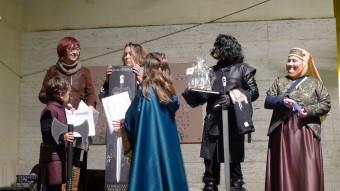 Imatge de l'entrega de premis als personatges més ben representats de Joc de Trons a la primera edició de la Festa de Trons de Canet Foto:NURI FORNS