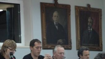 Tresserras, amb el document de vídeo on intervenen diputades de la CUP. Foto:J.C