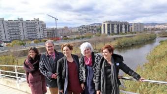 Les alcaldesses i l'alcalde de l'eix Besós, al costat del riu a Sant Adrià de Besòs. Foto:J.RAMOS