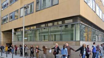 Un centenar de persones es van donar suport ahir al Col·legi Maristes Sants-Les Corts, afectat per diversos casos de pederàstia Foto:JOAN MAUEL RAMOS