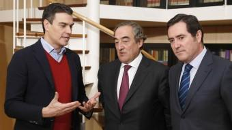 Pedro Sánchez s'ha reunit amb els presidents de la CEOE, Joan Rosell, i de CEPYME, Antonio Garmendi Foto:EFE