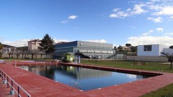 La piscina descoberta de Cassà de la Selva un espai característic i molt utilitzat a l'estiu Foto:MANEL LLADÓ