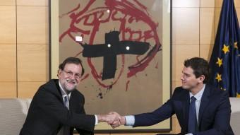 Rajoy i RIvera encaixant les seves mans abans d'iniciar la reunió d'ahir al Congrés acn