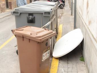 Contenidors de deixalles al carrer de Josep Fàbrega i Pou de Palamós Foto:E.A