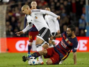 El jugador turc del Barça Arda Turán lluitant amb el jugador francès del València Feghouli durant el partit d'anada de la Copa. Foto:QUIQUE GARCIA / EFE