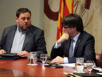 El president de la Generalitat, Carles Puigdemont, amb el vicepresident Oriol Junqueras, ahir, a Palau Foto:ACN
