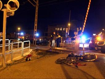 La motocicleta on anaven els dos menors tombada al costat del pas a nivell Foto:ACN