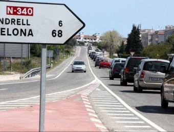 Una filera de cotxes a la N-340, al seu pas per les comarques de Tarragona Foto:ACN