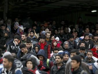 Centenars de refugiats arriben en un vaixell al port de Piraeus, prop d'Atenes, a Grècia Foto:REUTERS