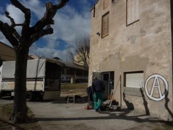 Uns operaris tapiant un dels accessos de la casa Foto:R. E