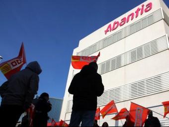 Protesta dels treballadors d'Abantia davant de la seu del grup d'enginyeria aplicada, a Sant Boi de Llobregat Foto:ACN