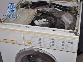 Un dels amagatalls on va ser trobada la droga va ser dins d'una rentadora Foto:POLICÍA NACIONAL