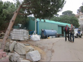 L'alcalde, Marc Bosch, i el regidor d'Urbanisme, Joan Serra, en les antigues instal·lacions de la brigada municipal de Dosrius Foto:LL.M