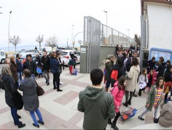 Un grup de pares esperant la mainada que surt de l'escola Joaquim Ruyra de Blanes, en una imatge de finals del mes passat. Foto:LLUÍS SERRAT