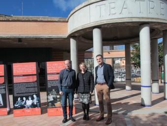 El regidor Vilà, la cap de Cultura, Montse Barniol, i l'alcalde guixolenc, Carles Motas, ahir, a les portes del teatre Foto:E.A