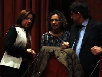 La consellera d'Ensenyament, Meritxell Ruiz, amb la secretària general, Maria Jesús Mier, i el secretari de Polítiques Educatives, Antoni Llobet, al Parlament Foto:ACN