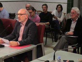 El nou síndic, David Sagrera –esquerra– i el sortint, Jordi Sistach, al darrere, a la dreta Foto:E.A