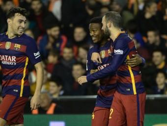 Aleix Vidal s'abraça a Kaptoum després del gol d'ahir a la nit Foto:AFP