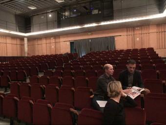 El regidor de Cultura, Jordi Vilà, i l'alcalde, Carles Motas, a la platea del teatre ganxó Foto:E.A