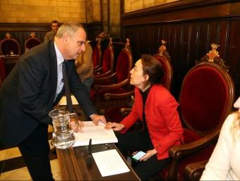 L'alcalde Ballesta parla dilluns passat amb la socialista Sílvia Paneque Foto:QUIM PUIG