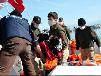 Guardacostes turcs rescaten un nen d'un vaixell carregat d'immigrants Foto:AFP