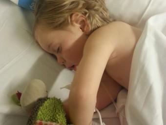 Un dels nens operats per professionals del Trueta. Foto:EPA