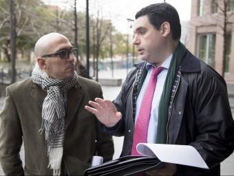 Manuel i el seu advocat, Iban Fernández , després de presentar el recurs ahir a la Ciutat de la Justícia Foto:ALBERT SALAMÉ