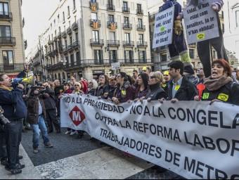 Treballadors del metro de Barcelona concentrats a la plaça de Sant jaume el passat 2 d'abril, dia que ja van protagonitzar una vaga parcial Foto:JOSEP LOSADA