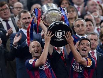 Xavi I Iniesta aixequen l'última copa blaugrana, assolida el curs passat al Camp Nou Foto:EFE