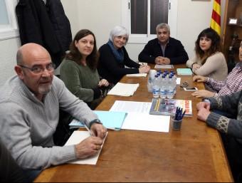 Els assistents a la trobada d'ahir entre el govern de Badalona i l'associació de veïns Sant Joan de Llefià-Gran Sol Foto:J.RAMOS
