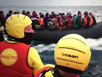 Els socorristes de l'ONG catalana Proactiva Open Arms en una acció de rescat de refugiats arribats de Turquia a les costes de l'illa grega de Lesbos. Foto:PROACTIVA OPEN ARMS
