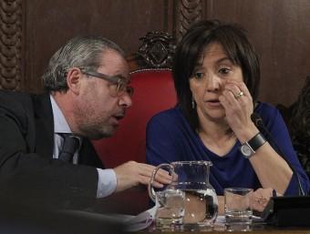 L'alcaldessa de Vic, Anna Erra, parlant amb el primer tinent d'alcalde, Josep Arimany, al ple del gener Foto:J. PUIG / EL 9 NOU