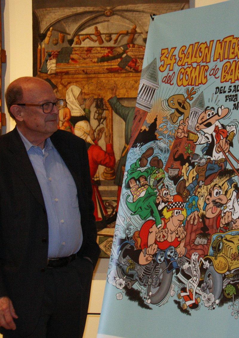 Imatge de Francisco Ibáñez, creador dels personatges Mortadel·lo i Filemó, al MNAC, contemplant el cartell del saló.