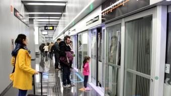 Alguns dels primers passatgers que han utilitzat la nova estació de metro de la Terminal 1 de l'Aeroport de Barcelona Foto:ACN