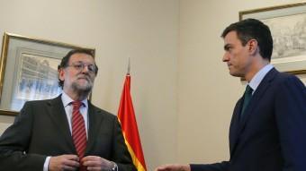 El líder del PSOE, Pedro Sánchez, estén la mà al president del govern espanyol, Mariano Rajoy, davant l'aparent indiferència d'aquest Foto:EFE